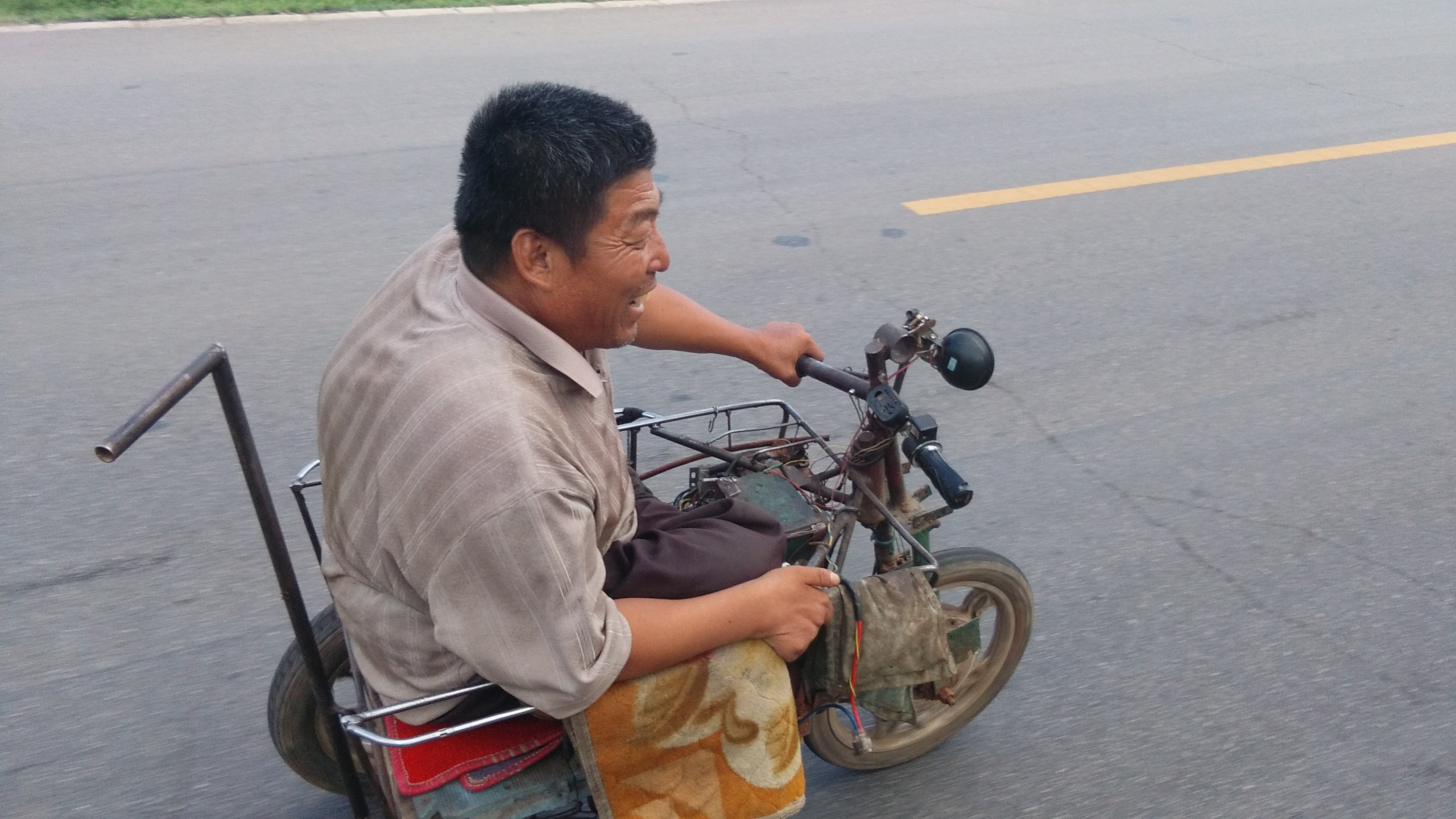 A guy in his home-made e-wheelchair had fun racing me going 35 km/h