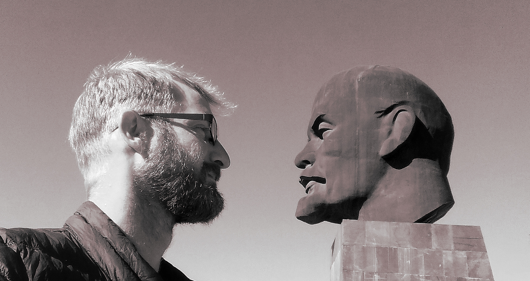 Equilibrium? - Lenins head is 7m heigh and weighs 42 tons